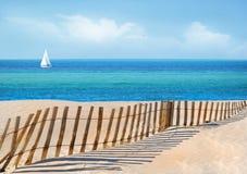 Rete fissa della duna di sabbia e della barca a vela Immagini Stock Libere da Diritti
