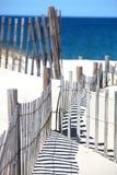 Rete fissa della spiaggia ed oceano blu fotografia stock