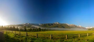 Rete fissa di guida per il ranch del Wyoming Immagini Stock Libere da Diritti