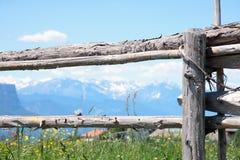 Rete fissa di legno sul pascolo della montagna Fotografie Stock