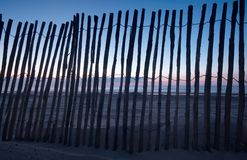 Rete fissa di legno sulla spiaggia fotografia stock
