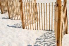 Rete fissa di picchetto sulla spiaggia bianca della sabbia. immagini stock