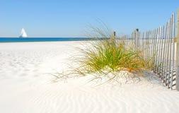 Rete fissa e barca a vela della duna di sabbia Immagini Stock Libere da Diritti