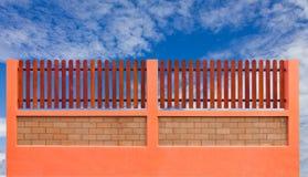 Rete fissa e cielo blu arancioni Fotografie Stock