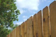 Rete fissa e cielo di legno Fotografie Stock Libere da Diritti