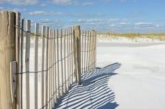 Rete fissa e dune della sabbia alla spiaggia Immagini Stock Libere da Diritti