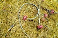 Rete gialla per la pesca con la corda ed i benefici rossi Fotografie Stock