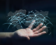 Rete globale della tenuta dell'uomo d'affari e renderi di scambi di dati 3D Fotografia Stock