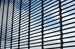 Rete metallica con la priorità bassa del cielo fotografia stock libera da diritti