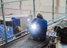 Rete metallica di saldatura della struttura d'acciaio dell'uomo del saldatore Immagini Stock Libere da Diritti