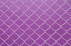 Rete metallica, recinto del filo di ferro sulla porpora della parete Immagini Stock
