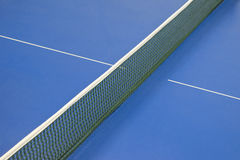 Rete per il ping-pong e la tavola blu di tennis Fotografia Stock Libera da Diritti