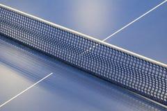Rete per il ping-pong e una tavola di tennis Fotografia Stock