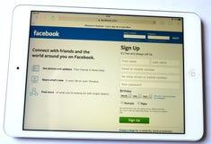 Rete sociale di Facebook su bianco del fondo del ipad Fotografia Stock