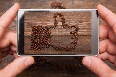 Rete sociale Fotografia mobile dell'alimento fotografie stock
