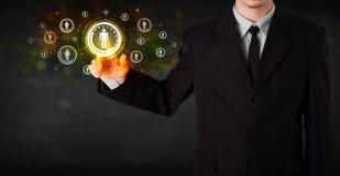 Rete sociale futura commovente di tecnologia dell'uomo d'affari moderno ma Fotografia Stock Libera da Diritti