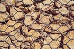 A retenção da inclinação e da terra mura a gestão com rochas Foto de Stock
