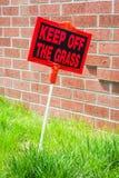 Retenez le panneau d'avertissement d'herbe Image libre de droits