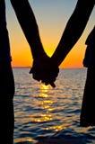Retenir des mains avec amour Photo stock