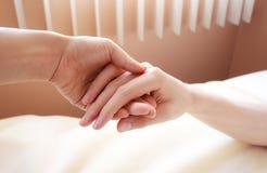 Retenir la main de aimée malade Photographie stock libre de droits