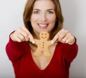 Retenir un biscuit de pain d'épice Photographie stock libre de droits