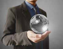 Retenir un globe rougeoyant de la terre dans des ses mains Image de la terre fournie Image stock