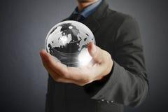 Retenir un globe rougeoyant de la terre dans des ses mains Image de la terre fournie Photo libre de droits