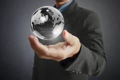 Retenir un globe rougeoyant de la terre dans des ses mains Image de la terre fournie Images libres de droits