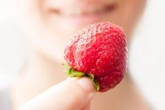Retenir une fraise fraîche Photographie stock