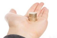 Retenir une pile de pièces de monnaie d'une livre Images libres de droits