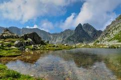 Retezat山的美丽的清楚的水湖,罗马尼亚 免版税库存照片