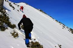 去的登山人在Retezat山的山,罗马尼亚 免版税库存图片