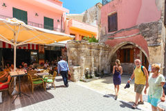 Rethymno, île Crète, Grèce, - 1er juillet 2016 : Les gens mangent en café situé près de la fontaine de Rimondi dans la pièce de R Photo libre de droits