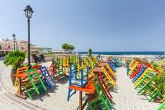 Rethymno, île Crète, Grèce, - 1er juillet 2016 : Vue du café avec des chaises de couleur qui est situé près du remblai de Mediter Photos stock