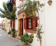 在九重葛中的传统街道在rethymno城市希腊 免版税库存照片