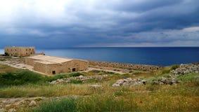 Известная крепость в городке Rethymno на острове Крита с красивыми видами моря в пасмурной яркой погоде стоковое фото