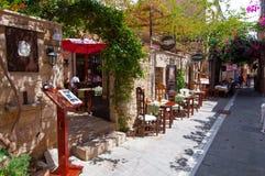 RETHYMNO, CRETA 23 DE JULIO: Interior de un restaurante local en julio 23,2014 en la ciudad de Rethymno en Creta en Grecia Imagen de archivo libre de regalías