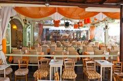 RETHYMNO, CRETA 23 DE JULIO: Interior de un restaurante local en julio 23,2014 en la ciudad de Rethymno en la isla de Creta, Grec Fotografía de archivo libre de regalías