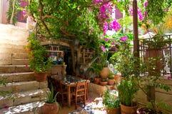 RETHYMNO, CRETA 23 DE JULIO: Interior de un restaurante local en julio 23,2014 en la ciudad de Rethymno Isla de Crete, Grecia Foto de archivo libre de regalías
