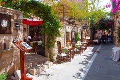 RETHYMNO, CRETE-JULY 23: Wąski stareet z wygodnymi restauracjami i barami na Lipu 23,2014 w Rethymno mieście na Crete wyspie, Gre Obraz Royalty Free