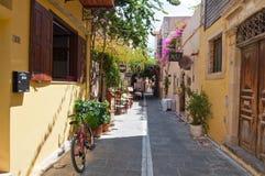 RETHYMNO, CRETE-JULY 23: Wąska ulica z wygodnymi restauracjami i barami na Lipu 23,2014 w starym miasteczku Rethymno miasto Crete Obrazy Stock