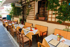 RETHYMNO, CRETE-JULY 23: Wnętrze lokalna restauracja na Lipu 23,2014 w Rethymno mieście na wyspie Crete, Grecja Zdjęcia Stock