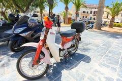 Rethymno, Eiland Kreta, Griekenland, - 23 Juni, 2016: De Japanse autoped ` Honda ` en sommige autopedden worden geparkeerd op de  Stock Foto's
