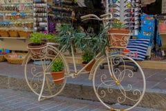 Rethymno, Grécia - 2 de agosto de 2016: Bicicleta com as flores no fron Foto de Stock