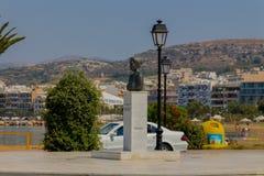 Rethymno, Grecia - 2 agosto 2016: Statua vicino al harbou veneziano Fotografie Stock Libere da Diritti