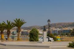 Rethymno, Grecia - 2 agosto 2016: Statua vicino al harbou veneziano Immagini Stock Libere da Diritti