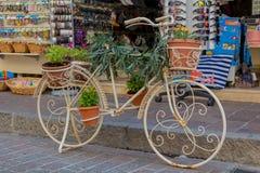 Rethymno, Grecia - 2 de agosto de 2016: Bicicleta con las flores en fron Imagenes de archivo