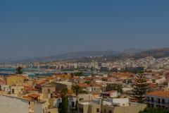 Rethymno Grekland - Juli 30, 2016: Panoramautsikt till Rethymno fr Arkivfoton