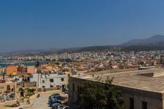 Rethymno Grekland - Juli 30, 2016: Panoramautsikt till Rethymno fr Royaltyfria Bilder