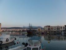 Rethymno, Griechenland - 6. August 2016: Boote im venetianischen harbou Lizenzfreie Stockbilder